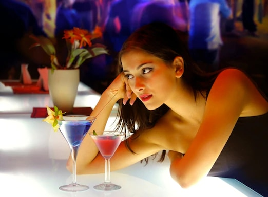 woman-at-bar